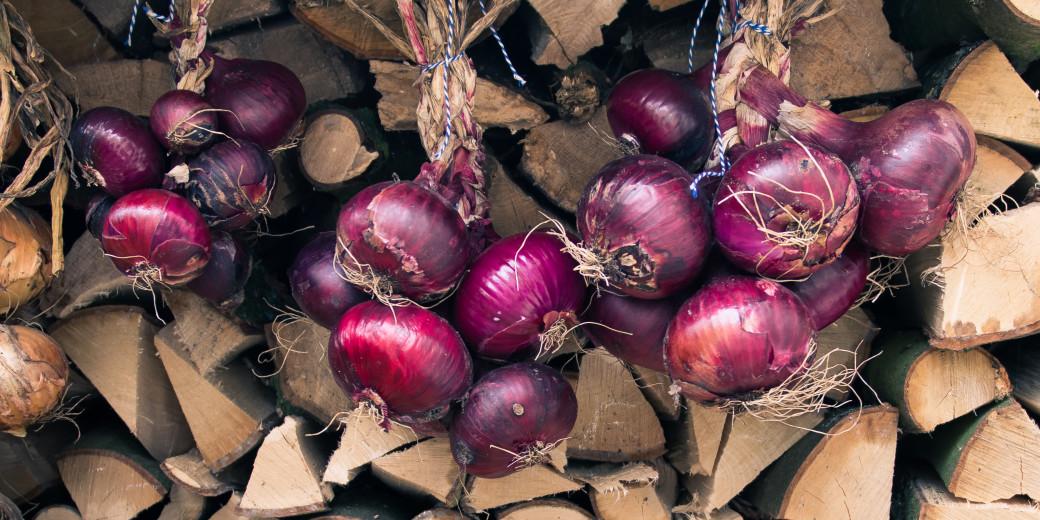Vlecht van rode uien