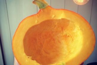 Ook de binnenkant van de pompoen is prachtig oranje. Wat een rijkdom!